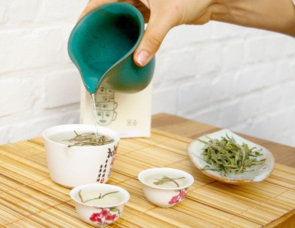 Witte thee BAI MU DAN White Peony smaakt na het infuseren vrij complex, zoet met een verfrissende muntsmaak, licht houtachtig en grassig met hinten van bamboe en aubergine.
