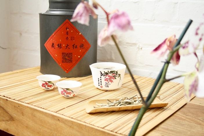 Witte thee silver needle BAI HAO YIN ZHEN proeft zacht fruitig zoals banaan of onrijpe meloen.