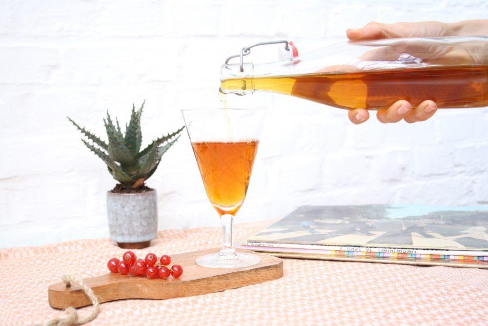 Zwarte thee Jin Jun Mei ruikt en proeft bijzonder fruitig en fris. Maar laat je niet bedotten, ze is even stevig en moutig als fragiel en floraal.